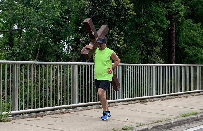 Marc Tomlinson running with cross